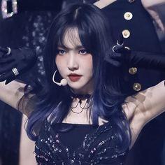 Gfriend Profile, Gfriend Yuju, Black Aesthetic Wallpaper, G Friend, Kpop Girls, Girl Group, Cute Girls, Korean, Queen