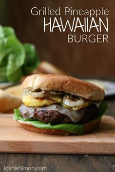 Hawaiian Burger with Grilled Pineapple and Sweet Onions for a Backyard BBQ. These are delicious. Use King's Hawaiian buns Hawaiian Burger, Hawaiian Buns, Hawaiian Chicken, Backyard Burger, Backyard Bbq, Slider Sandwiches, Sliders, Grilled Fruit, Ground Beef Recipes Easy