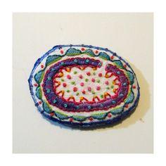 Uovo colorato forma Pin di ricamati a mano di MadrigalEmbroidery su Etsy https://www.etsy.com/it/listing/225606757/uovo-colorato-forma-pin-di-ricamati-a