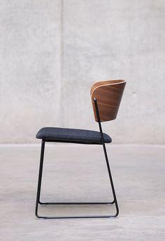 Con un diseño sinuoso y elegante, la silla ARC está pensada para un uso polivalente, en proyectos de contract y hogar. Su respaldo se basa en la ergonomía de la espalda para moldear un arco que nos abraza. Su estructura, hecha de varilla de acero, ofrece …