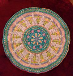 Sunny Mandala placemat. Overlay crochet in cotton. Design by LillaBjörnCrochet.