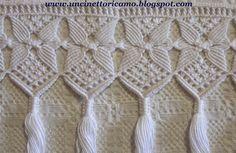 Frange macramè ecru e bianca            Realizzata con filato di lino, quattro fili   ritorti a mano.         Per questa bianca inv... Macrame Toran, Macrame Bag, Macrame Knots, Micro Macrame, Maquillage Yeux Cut Crease, Macrame Curtain, Textile Fiber Art, Macrame Design, Macrame Projects