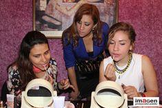 Alumnas aprendiendo a maquillarse en taller MAQUILLATE CON ESTILO del Centro de Imagen Protocolo & Estilo
