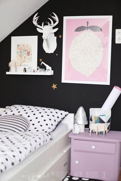 I love this black wall. black and white for girls room. black walls in kids room Boys Basketball Bedroom, Deco Kids, Black Walls, Little Girl Rooms, Fashion Room, Kid Spaces, Kids Decor, Girls Bedroom, Room Inspiration