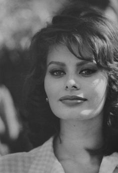 Sophia Loren I know my sources. Sophia Loren was once a source. Carlo Ponti, Sophia Loren, Sophia Sophia, Vintage Hollywood, Classic Hollywood, Portrait Photos, Italian Actress, Actrices Hollywood, Humphrey Bogart