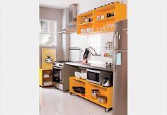 cozinha pequena/ estantes/ amarelo/ inox