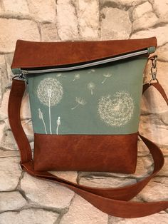 Practical everyday companion: FoldOver bag with dandelion motif. The cognacf … Diy Bags Purses, Diy Purse, Postman Bag, Foldover Bag, Patchwork Bags, Big Bags, Sewing Accessories, New Bag, Beautiful Bags