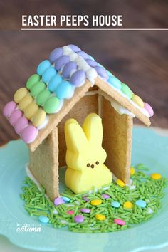 Make a cute Peeps house (Easter gingerbread houses) - It's Always Autumn recipes dessert recipes dessert brunch recipes dessert cake recipes dessert easy recipes dessert kids recipes dessert video Easter Snacks, Easter Peeps, Hoppy Easter, Easter Party, Easter Treats, Easter Recipes, Easter Desserts, Easter Table, Easter Gift
