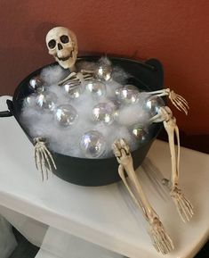 Spooktacular Halloween decor ideas that you can DIY for cheap. These Halloween decor ideas are perfect for your Halloween party or trick or treaters. Moldes Halloween, Soirée Halloween, Adornos Halloween, Manualidades Halloween, Holidays Halloween, Halloween Skeletons, Halloween Skeleton Decorations, Halloween Cubicle, Halloween Season