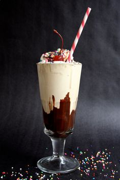 happy hour HOT FUDGE milkshake by joy the baker and a MUST watch adorable video.The best hot fudge sauce - no contest! Frozen Desserts, Frozen Treats, Just Desserts, Dessert Recipes, Baker Recipes, Candy Recipes, Hot Fudge, Yummy Drinks, Yummy Food