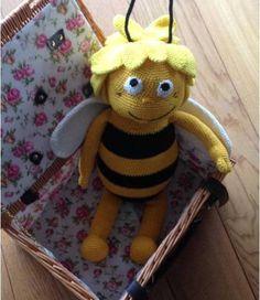 Und diese Biene die ich meine nennt sich Maja Kleine, freche, schlaue Biene Maja ........ Hier findet ihr eine Anleitung für die kleine Maja und den Willi. Beide stammen aus den 70er und sind deshalb auch etwas stämmiger ;) Beide werden, wenn sie ausgew