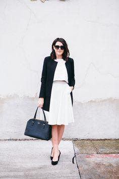 vestido branco e casaco preto no look de trabalho