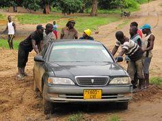 Isomman luokan riskitekijä, liikenne Afrikassa. Juuttuneena mutaan Tansaniassa Uganda, Car, Tanzania, Automobile, Vehicles, Cars, Autos
