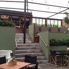 Unica by Targetstudio in collaborazione con Newton Adelaide utilizza la collezione Bon Ton black on white base 20x20cm per la realizzazione delle scale del The Gully Public House&Garden