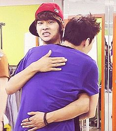 His face gets me every time @avveh32 !!! VIXX Leo hugging N (you think he'd be happy leo was hugging him xD)