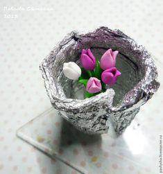 Нам понадобятся: - глина разных цветов- жидкая пластика- стеклянная бутылочка- лезвие- краска для стекла- ленточка- перчатки- иголочка- фольга- лак Катаем колбаску для стеблей цветков и ставим запекаться. В это время делаем листики и лепестки будущих тюльпанов.