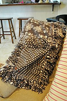 That Village House: No-sew fleece blankets That Village House: cobertores de lã sem costuras No Sew Fleece Blanket, Fleece Tie Blankets, No Sew Blankets, Weighted Blanket, Soft Blankets, Fleece Hats, Fleece Throw, Fleece Projects, Manta Crochet