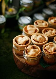 Mini apple pies in mason jars, too cute and delicious. Add ice-cream, cream and custard for a perfect dessert Just Desserts, Delicious Desserts, Dessert Recipes, Yummy Food, Mini Desserts, Mason Jar Meals, Meals In A Jar, Mason Jars, Canning Jars