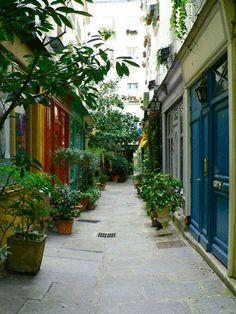 Passage de l'Ancre - Vous pouvez y accéder par 2 entrées différentes : le 223 rue Saint-Marin ou le 30 rue Turbigo. Mais pour apprécier le joli porche d'entrée, nous vous conseillons le 223 rue Saint-Martin (attention, le passage peut être fermé le week-end)