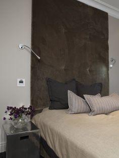 STREKKER SEG MOT TAKET: Her er det en høy sengegavl med diskret leselys på hver side. Wall Lights, Bedroom, House, Inspiration, Furniture, Home Decor, Interiors, Ideas, Lily