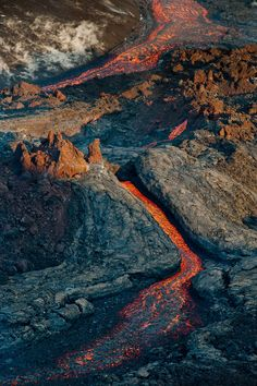 Rivers of lava from erupting volcano Plosky Tolbachik, Kamchatka, Russia by Anton Agarkov Mother Earth, Mother Nature, Volcan Eruption, Erupting Volcano, Dame Nature, Lava Flow, Active Volcano, Photos Voyages, Natural Phenomena