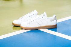 Den adidas Originals Stan Smith gibt es jetzt auch mit klassischer Gum Sole - und dass das Trend ist, haben wir euch ja bereits letzte Woche gezeigt!