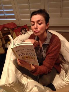 """Amelia Shepherd está leyendo """"la vida emocional de tu cerebro""""💪 Amelia Shepherd, Amelia Greys Anatomy, Greys Anatomy Cast, Meredith Grey, Atticus, Grey's Anatomy, Caterina Scorsone, Amelia Gray, Lexie Grey"""