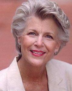 Las mujeres de edad avanzada peinado corto
