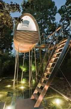 Das Baumhaus moderene Architektur von der Firma Baumraum, ein Baumhaus mit einer tollen Holzterrasse