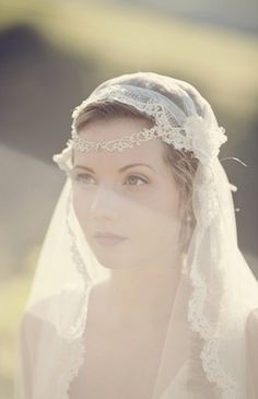 love this veil with the little jewlery peice in the front <3