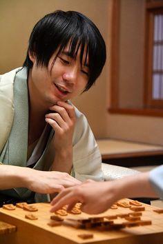 初防衛を果たし、感想戦で対局を振り返る佐藤天彦名人