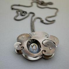 """De verre... Náhrdelník Materiál: patinované stříbro 925/1000, starožitný- skleněný medailonek s andělíčkem. Rozměry: medailonek 14 x 9 mm, mráček (oboustranně stejný) 36 x 25 x 6mm na masivnějším """"pancer"""" řetízku o délce 55cm. Zapínání: """"smyčka"""" Váha: 14g (z toho 13,5g stříbra)"""
