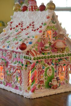 Gingerbread house decorations candy - House and home design Gingerbread House Parties, Christmas Gingerbread House, Noel Christmas, Pink Christmas, Christmas Goodies, Gingerbread Man, Christmas Treats, Christmas Baking, Christmas Decorations