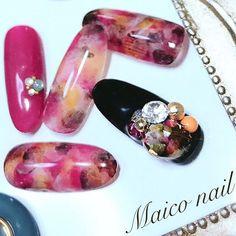 レジンの手作りパーツ黒のベースの上に置くとまた色が変わっていい(°▽°) . . ・ ・ *.◯・*.◯・*.◯・*◯.・*. ・  遠藤舞子  Maiko Endou. Nailartist. make up artist. . .  Maiko  nail . 毎週月曜日、第2.3火曜日・ 出張ネイル受付中. ----------------------------. *.◯・*.◯・*.◯・*◯.・*. #ネイルデザイン#ジェルネイル#似合うメイク#パーソナル診断#一重メイク#美容師#スタイリスト#2017aw #パーソナルカラー#メイク#コスメ#nail#make #セルフネイル #beauty#autumn#fashion#trend#hairmake#photo#medical#personalcolor#accessory#マツエク#美容アカウント#秋ネイル#秋#出張ネイル