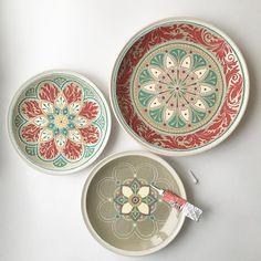 Неожиданно для себя самой  сочинились такие тарелки, пока свободны. (Третья ещё в процессе)