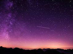 Si no tienes planes para salir este viernes, puedes ver un hermoso evento que la naturaleza traerá para nosotros.El 7 de octubre será el día en el que mejor se podrán ver las Dracónidas, es decir, la lluvia de metoritos que se produce en la constelación Draco El Dragón. Este fenómeno hace que parezca que un gran dragón escupe meteoritos por la boca, de ahí el nombre.La lluvia sucede a causa de un choque del cometa 21P/Giacobini-Zinner con la atmósfera de la Tierra. Pero, no te preocupes…