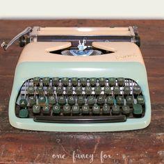 Vintage Verleih in Berlin! Miete unsere nostalgische Schreibmaschine in Creme und Mint für deine Hochzeit, Geburtstagsparty oder als Dekoration für dein Vintage-Shooting! Schau in unserem Verleih für Hochzeitsdekoration und Festausstattung vorbei und finde einzigartige Details für deinen besonderen Tag!