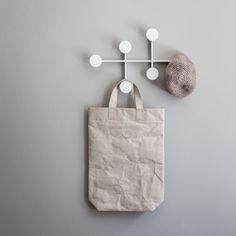Afteroom Coat Hanger fra Menu er designet av Stockholms-baserte designduoen Afteroom. Med et sterkt grafisk og minimalistisk utrykk blir denne stilige kleshengeren både morsom og dekorativ. Alle fester er skjult bak hengerens ramme for å ikke forstyrre det rene og nøytrale utrykket.Coat Hanger er laget av metall og kommer i fargene pulverlakkert sort eller hvit. Størrelse:B21cm x D2cm x H34cm Designer:Afteroom Leveringstid:Ca 2-3 dager fra lagerCa 6-8 uker fra fjernlager
