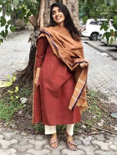A mix of pleasant aesthetics and everyday comfort, this simplistic, easy breezy kurta is a must have for your daily wear ward robe. Simple Kurta Designs, Kurta Designs Women, Churidar Designs, Ethnic Outfits, Indian Outfits, Pakistani Outfits, Indian Clothes, Dress Indian Style, Indian Dresses