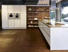 Op deze pagina vindt u sfeerbeelden die u een goede indruk geven van Ekelhoff Keukens. Neem alvast een kijkje bij de keukens en in de showrooms.