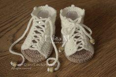 Gehaakte baby sandalen. Gemaakt van acryl garen. Grootte: 3-6 maanden. Lengte: ca. 10 cm. - 4 inch  Handwas in koud water.  Je kunt me vinden op Facebook: https://www.facebook.com/Edita-M-Handmade-602653316479108/  Als u vragen hebt, neem contact met mij op. Dank u voor uw bezoek.