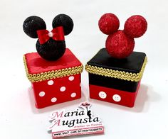 Caixinhas Turma do Mickey Caxinha Acrilica 6x6 cm decorada com os personagens da Turma do mickey Favor ler com atenção abaixo: O prazo para confecção do produto passa a contar a partir da liberação do pagamento. Se houver atraso no pagamento, consequentemente haverá atraso na confecção d... Mickey Mouse Parties, Mickey Party, Mickey Minnie Mouse, Mickey First Birthday, Twin Birthday, Festa Mickey Baby, First Birthdays, Party Themes, Diy And Crafts