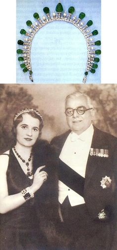 An emerald & diamond Art Deco tiara necklace, worn by Andree, Begum Aga Khan III. Designed as a series of nineteen carved emerald pear-shaped beads on diamond pinnacles, with smaller, pearl topped spacers. Royal Crowns, Royal Tiaras, Tiaras And Crowns, Aga Khan Iii, Art Deco Jewelry, Vintage Jewelry, Diamond Art, Emerald Diamond, Diamond Rings