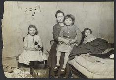 Jacob Riis . La vida de los inmigrantes en la Nueva York del siglo XIX, documentada por Jacob Riis, Las fotografías conmocionaron al público. Incluso todavía hoy siguen siendo impactantes y muchos de quienes las ven por primera vez no pueden creer que alguna vez hubieran existido condiciones de pobreza y hacinamiento de tal magnitud en una ciudad como Nueva York.