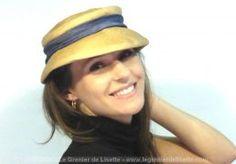 Chapeau ancien, à la forme très rétro, en paille très fine et son ruban bleu.