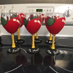 Some super cute teacher glasses for the end of the year :) - Stylist and Craft ideas - Pin this boardm - Help the street animals. Easy Diy Gifts, Homemade Gifts, Teacher Appreciation Gifts, Teacher Gifts, Diy Gifts For Teachers, Employee Appreciation, Teacher End Of Year, School Teacher, Painting Teacher