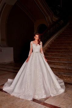 Rochie de mireasa stil printesa, cu maneci 3/4 imbracate cu broderia manuala ce contribuie la un farmec deosebit ce plaseaza modelul printre cele mai cautate de rochii de mireasa cu trena.