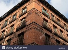 Download this stock image: Corner in perspective of a red brick building in Madrid, Spain. - hnpthy from Alamy's library of millions of high resolution stock photos, illustrations and vectors.
