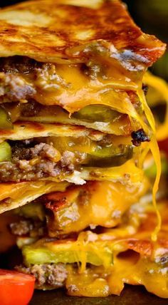Cheeseburger quesadillas - WE LOVED THIS! I did a few things different though - I used lean meat - & added 1 chopped onion when cooking the meat. I did not use the sauce, but I did cut up som(Cheese Steak Quesadilla) Mexican Dishes, Mexican Food Recipes, Comida Tex Mex, Beste Burger, Quesadilla Recipes, Quesadilla Burgers, Quesadilla Sauce, Cheese Burger, Tostadas