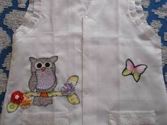 Avental para professora em Oxford com detalhe nos bolsos e mangas em Lese, patch aplique corujinha e flores de fuxico. tamanho G, Jaleco para professora R$ 45,00